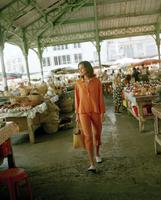 Woman in market 11107002723| 写真素材・ストックフォト・画像・イラスト素材|アマナイメージズ