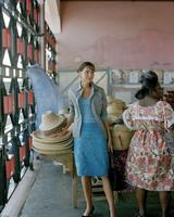 Woman in straw hat shop 11107002727| 写真素材・ストックフォト・画像・イラスト素材|アマナイメージズ
