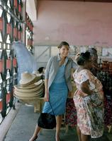 Women in straw hat shop 11107002740| 写真素材・ストックフォト・画像・イラスト素材|アマナイメージズ
