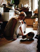 Young woman feeding her cat 11107002773| 写真素材・ストックフォト・画像・イラスト素材|アマナイメージズ