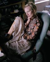 Young woman sitting in armchair 11107002776| 写真素材・ストックフォト・画像・イラスト素材|アマナイメージズ