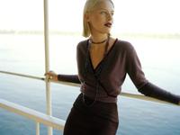 Young woman leaning on railing 11107002797| 写真素材・ストックフォト・画像・イラスト素材|アマナイメージズ