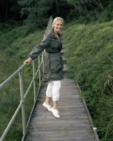 Young woman walking on boardwalk 11107002853| 写真素材・ストックフォト・画像・イラスト素材|アマナイメージズ