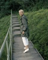 Young woman walking on boardwalk 11107002854| 写真素材・ストックフォト・画像・イラスト素材|アマナイメージズ
