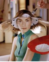 Young woman getting highlights at hair salon 11107003017| 写真素材・ストックフォト・画像・イラスト素材|アマナイメージズ