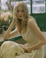 Young woman wearing yellow dress in greenhouse 11107003045| 写真素材・ストックフォト・画像・イラスト素材|アマナイメージズ