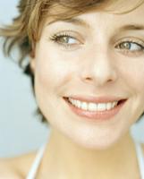 Close up of young woman smiling 11107003151| 写真素材・ストックフォト・画像・イラスト素材|アマナイメージズ