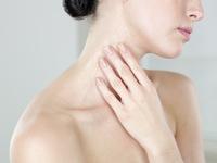 Young woman moisturizing neck 11107003488| 写真素材・ストックフォト・画像・イラスト素材|アマナイメージズ