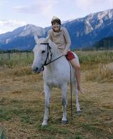 Young woman horseback riding 11107003631| 写真素材・ストックフォト・画像・イラスト素材|アマナイメージズ