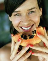 Young woman with papaya 11107003736| 写真素材・ストックフォト・画像・イラスト素材|アマナイメージズ