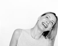 Portrait of young woman laughing 11107003792| 写真素材・ストックフォト・画像・イラスト素材|アマナイメージズ