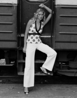Young woman by train 11107004000| 写真素材・ストックフォト・画像・イラスト素材|アマナイメージズ