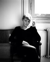 Young woman sitting on armchair smoking 11107004140| 写真素材・ストックフォト・画像・イラスト素材|アマナイメージズ