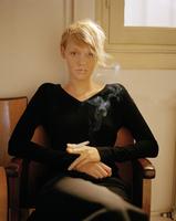 Young woman with cigarette 11107004273| 写真素材・ストックフォト・画像・イラスト素材|アマナイメージズ
