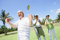 ゴルフをするシニア