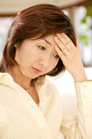頭を抱える女性 28004001017| 写真素材・ストックフォト・画像・イラスト素材|アマナイメージズ