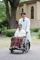 車イスに乗った女性と医者 28004001112| 写真素材・ストックフォト・画像・イラスト素材|アマナイメージズ