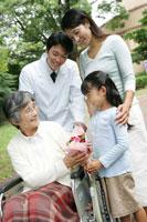 お見舞にきた家族 28004001116| 写真素材・ストックフォト・画像・イラスト素材|アマナイメージズ