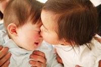 子供にキスをされる赤ちゃん