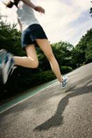 ランニングをする女性 28014000762| 写真素材・ストックフォト・画像・イラスト素材|アマナイメージズ