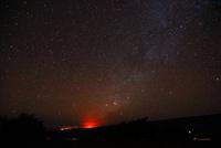 ハワイ島 マウナ・ケア山サドルロードからのキラウェア火山と天の川 28021000388| 写真素材・ストックフォト・画像・イラスト素材|アマナイメージズ