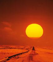 夕陽とオイルパイプライン