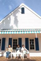 白い家と3人の女性