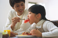 トマトを食べる子ども