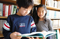 本棚と2人の少年少女