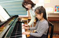 ピアノを弾く少女と先生