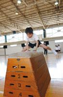 跳び箱を飛ぶ少年