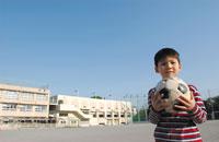 男の子とサッカーボール