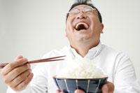 ごはんを食べる男性