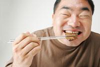 焼肉を食べる男性