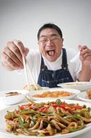 中華を食べる男性