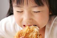 フライドチキンを食べる女の子