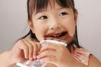 チョコレートを食べる女の子