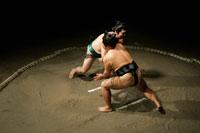 相撲をとる力士 28043000732| 写真素材・ストックフォト・画像・イラスト素材|アマナイメージズ
