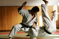 技をかける柔道選手