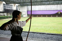 的を狙う弓道選手