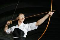 構える弓道選手