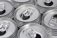 並んだ空き缶