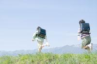 土手を走る男子小学生