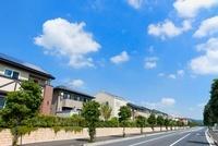 ソーラーパネルを設置した住宅街と青空 28056001883  写真素材・ストックフォト・画像・イラスト素材 アマナイメージズ