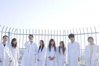 白衣を着た学生グループ