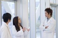 白衣を着た学生 28057000320| 写真素材・ストックフォト・画像・イラスト素材|アマナイメージズ