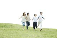 芝生の上を走る若者たち