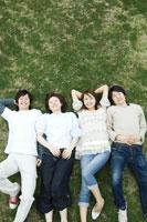 芝生に寝転がる若者たち