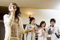 カラオケで歌う若者たち