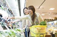 スーパーで買い物をするふたりの女性